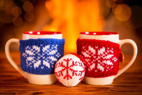 Свяжите праздничную «одежку» для чашки