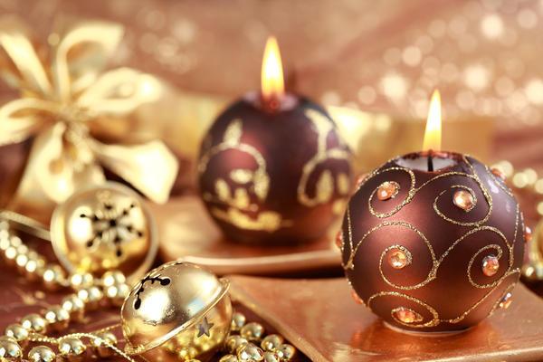 Подарочные свечи красиво декорируют
