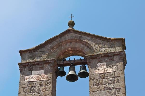 Колокольный перезвон оповещает о начале праздничной церковной службы