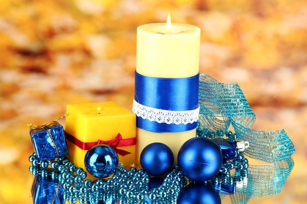 Украсить обычную свечку можно своими руками
