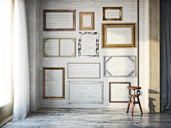 Рамы от картин отлично подойдут для декорирования благородной стены