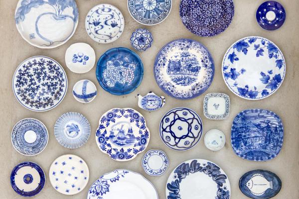 Декорирование стены тарелками - проверенный временем вариант