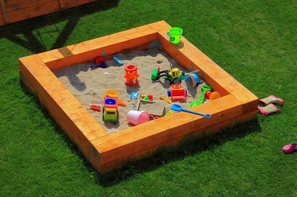 Дети очень любят играть в песочнице