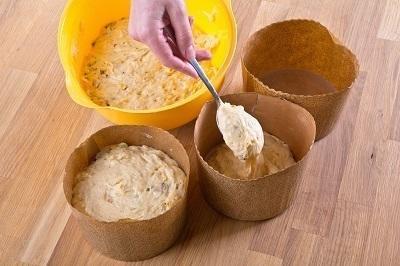 Шаг 5. Когда тесто поднимется примерно на треть формы, поставить формочки в духовку