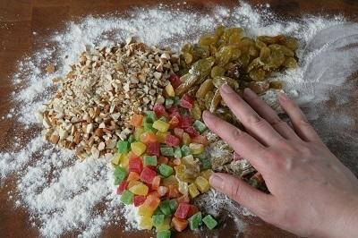 Шаг 2. Добавить в тесто изюм, цукаты и орехи