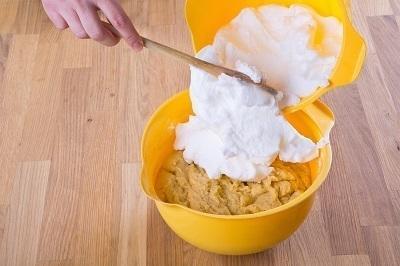 Шаг 3. Яичные белки взбить в крепкую пену и добавить в тесто