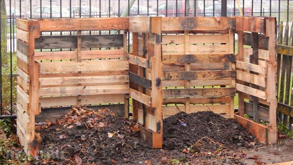 Компостный ящик из деревянных поддонов. Фото с сайта rmnt.ru