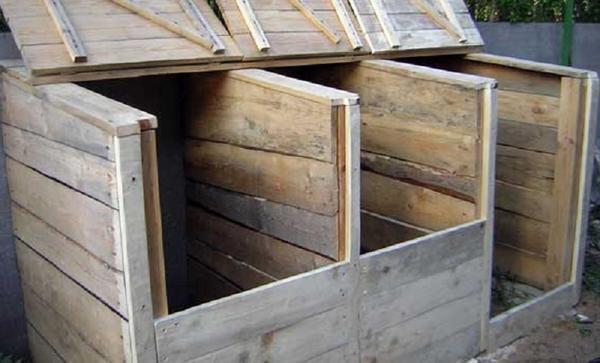 Обшиваем досками, навешиваем дверцы. Фото с сайта liveinternet.ru