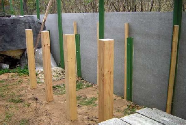 Устанавливаем столбики. Фото с сайта liveinternet.ru