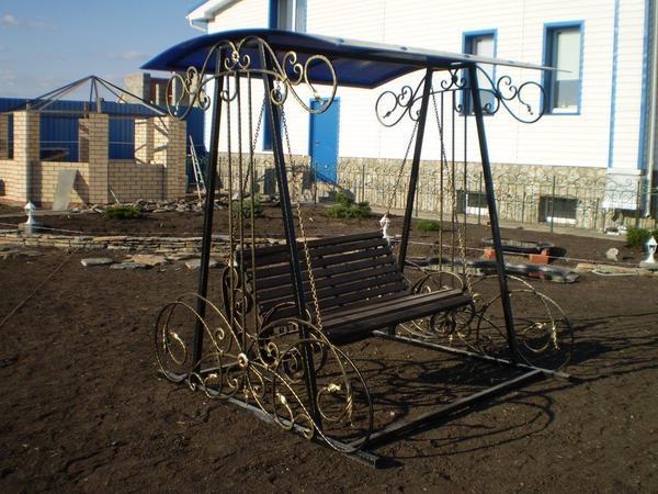 У этих качелей довольно широкое основание. Фото с сайта kemerovo-sibir.buyreklama.ru
