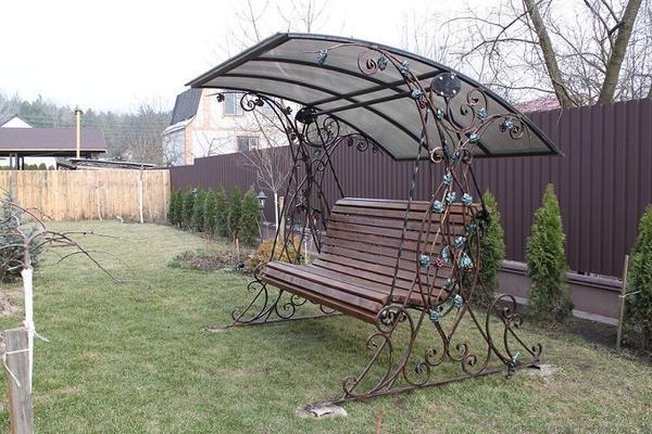 Сиденье качелей выполнено в виде деревянной лавочки. Подвес цельный.. Фото с сайта spk19.ru