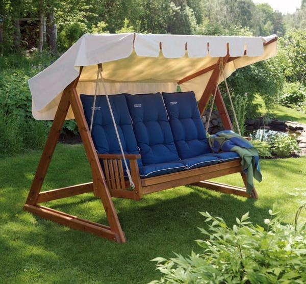 Деревянные качели с мягкими подушками. Фото с сайта eurolain.ru