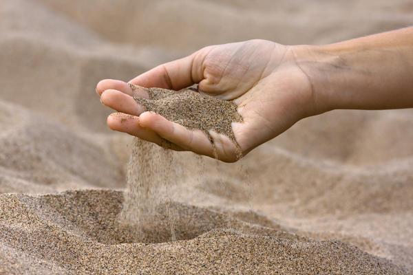 Песок способствует сохранению влаги в почве и используется в роли мульчирующего материала