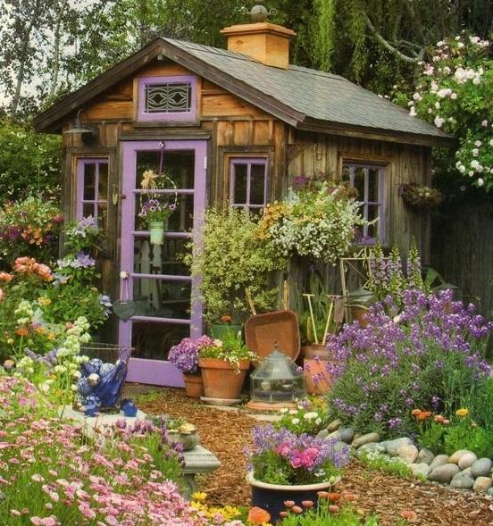 Минимум краски и усилий - и садовый сарай становится элементом ландшафтного дизайна
