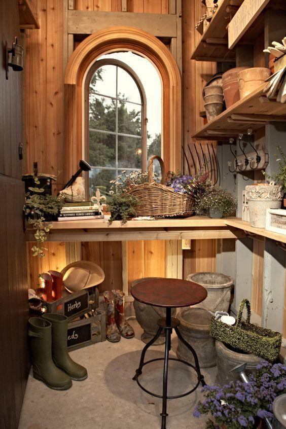 Садовый сарай с окошком будет уютнее