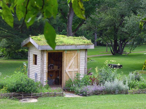 Садовый сарай вполне может стать украшением дачи
