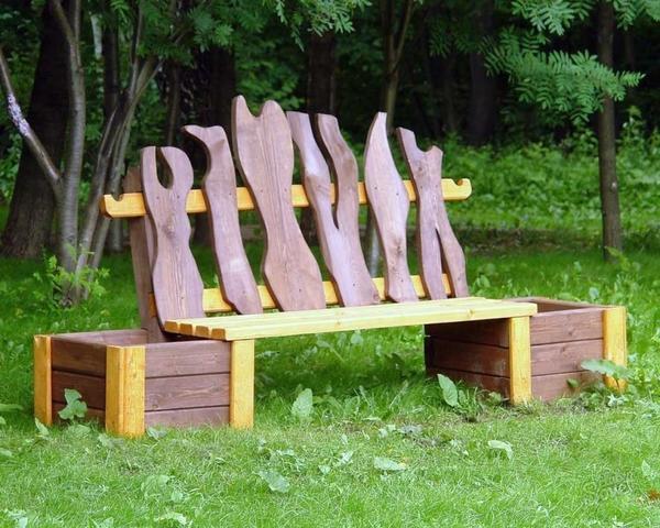 Садовая скамейка с кадками для растений. Фото с сайта sovetclub.ru