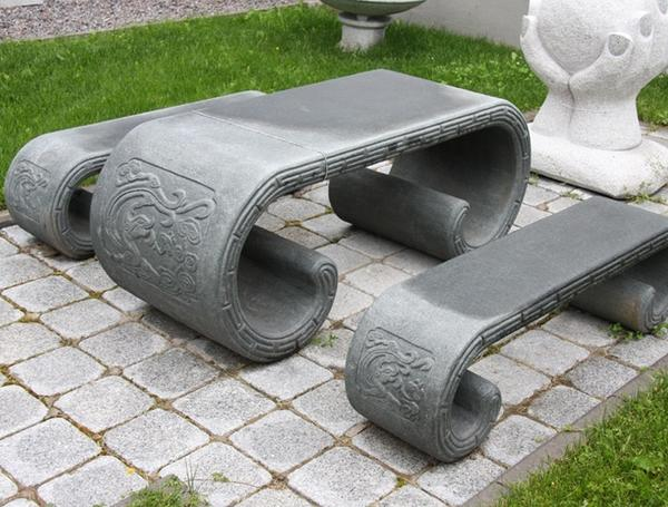 Садовые скамейки и столик из гранита. Фото с сайта atelie-kamnia.ru