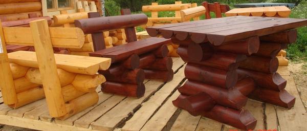 Садовая скамейка из бревен. Фото с сайта staldomik.ru