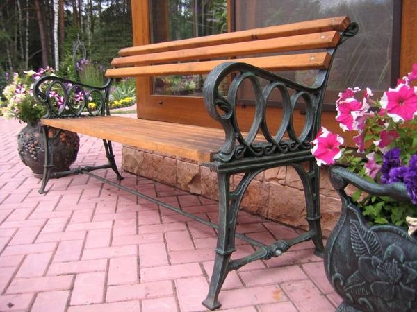 Садовая скамейка с чугунными опорами. Фото с сайта DekorMyHome