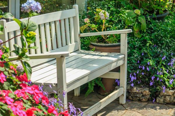 Уютная садовая скамейка - отрада для души
