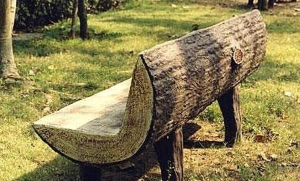 Садовая скамейка из цельного бревна. Фото с сайта guru-remonta.ru