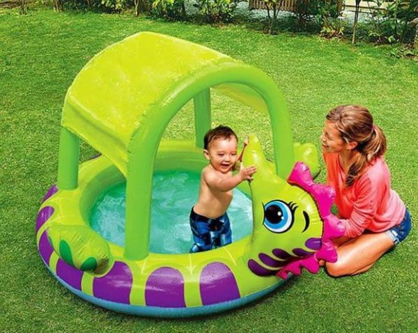 Дети в бассейне обязательно должны быть под присмотром взрослых. Фото с сайта basseyn77.ru