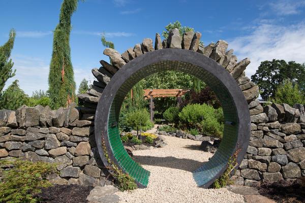 Круглая каменная арка