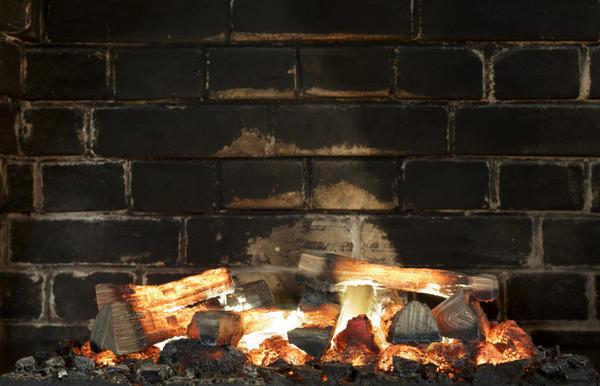 Дрова из хвойных пород оставляют смолистые отложения на стенках топок и дымоходов