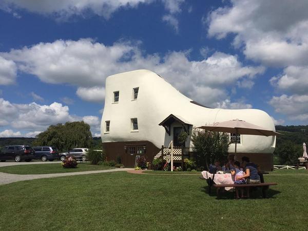 Сейчас в доме-башмаке располагается кафе. Фото с сайта bogatei.com