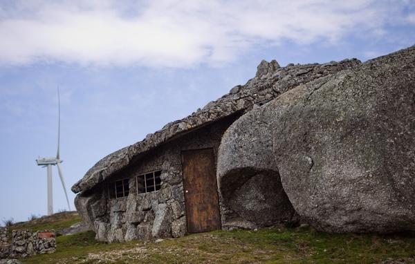 Интерес туристов к необычному дому не ослабевает с годами
