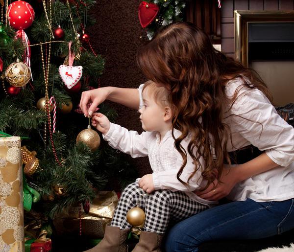 Украшать елку с мамой очень весело! Фото с сайта mason.com.sg