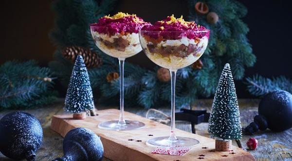 Сельдь под шубой в красивых бокалах. Фото с сайта gastronom.ru
