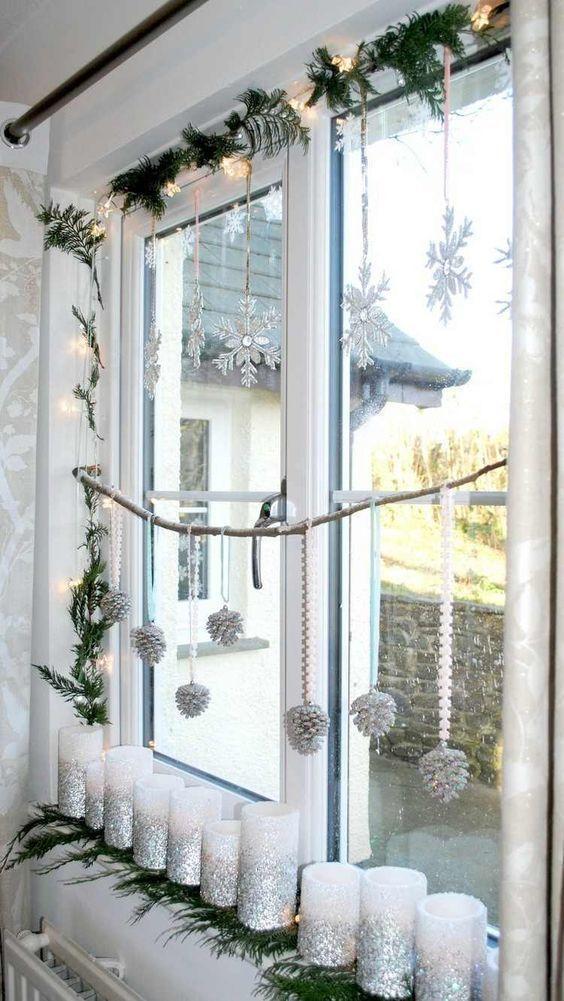 Украшение окна подвесками из шишек