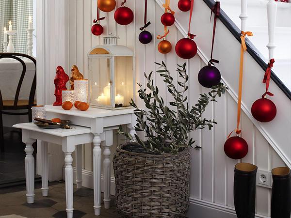 Новогодний декор лестницы. Фото с сайта zuhausewohnen.de
