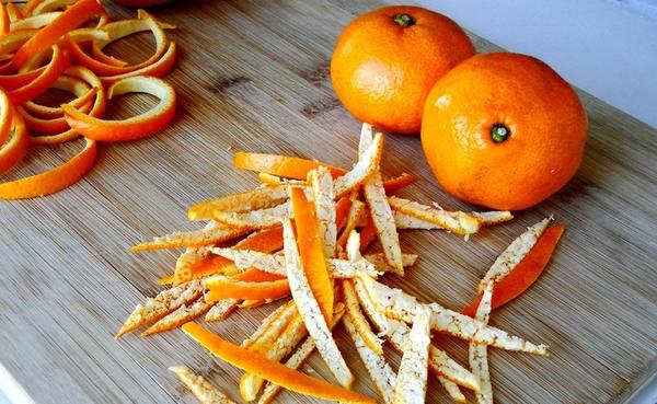 Приготовить удобрение из кожуры цитрусовых несложно. Фото с сайта mirrasteniy.com