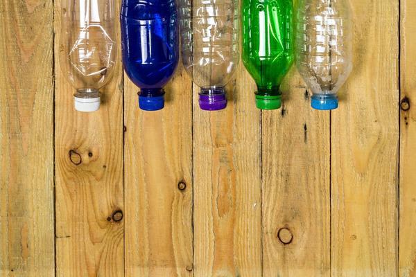 Из пластиковых бутылок можно сделать дачную мебель