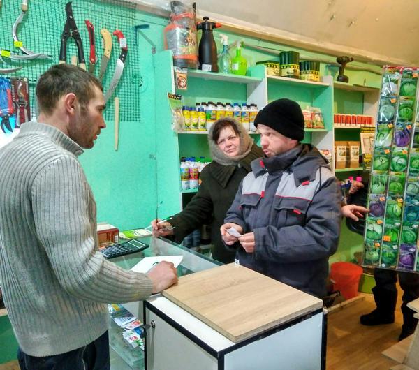 Сотрудники специализированных магазинов всегда помогут советом. Фото с сайта polytika.ru