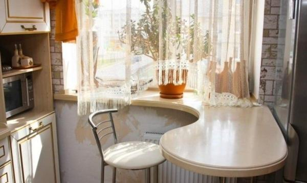 Подоконник-стол. Фото с сайта golbis.com