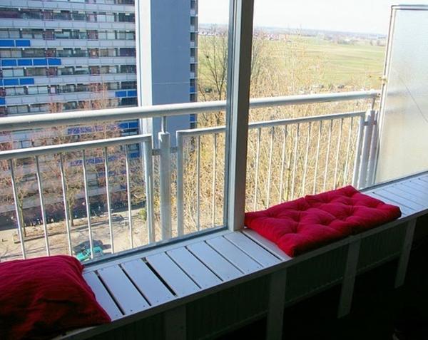 Подоконник-скамеечка. Фото с сайта ikeahackers.net
