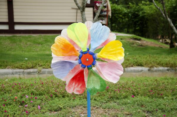Цветик-семицветик сделан из пластиковых бутылок!