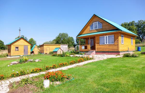 Дачный дом с хозяйственными постройками