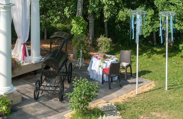 Площадка выложена искусственным камнем коллекции «Испанский дворик»