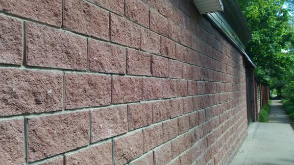 В этой ограде искусственный камень не только облицовочный, но и несущий материал