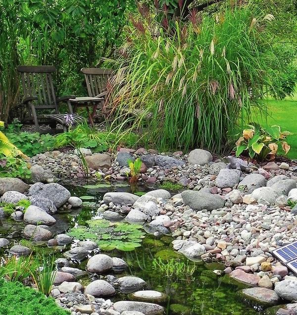 Ручеек с берегами из гальки и камней очень похож на природный