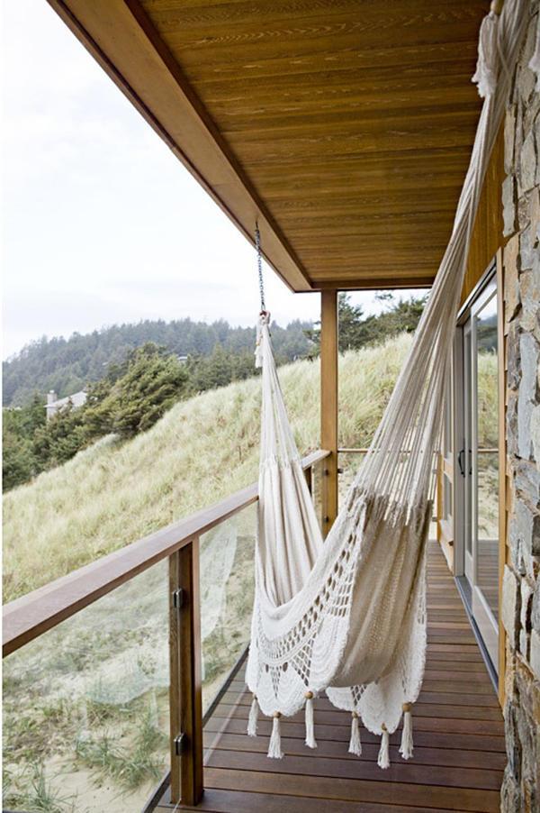 Подвесной гамак установлен на узком балкончике. Главное преимущество - хороший вид на окрестности
