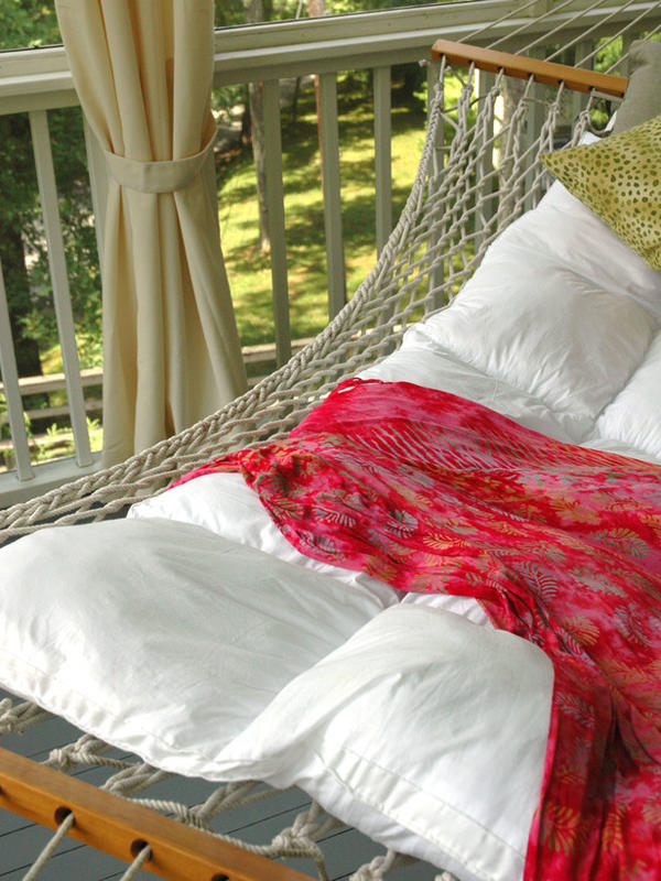 На летний период гамак можно повесить на открытом балконе в квартире