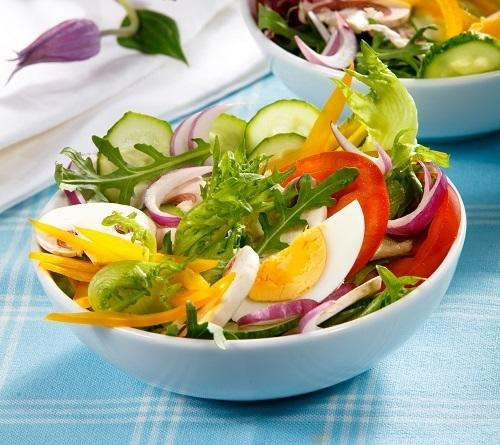 Фермерский салат из свежих овощей с рукколой и шампиньонами, фото Олег Кулагин/BurdaMedia