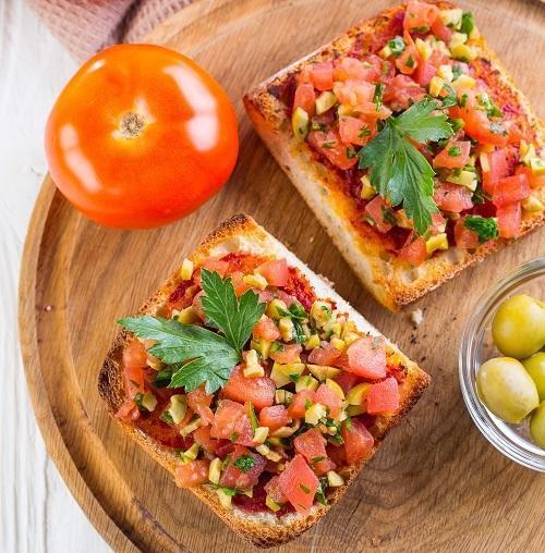 Тосты с томатами, оливками и зеленью, фото: К. Виноградов/BurdaMedia