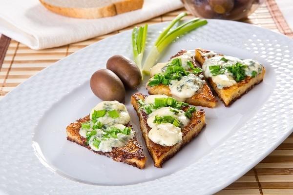 Тосты по-французски с сыром рокфор и зеленым луком, фото: К. Виноградов/BurdaMedia